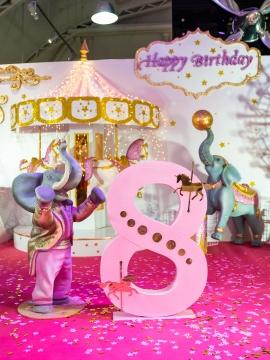 Слон цирковой стоящий