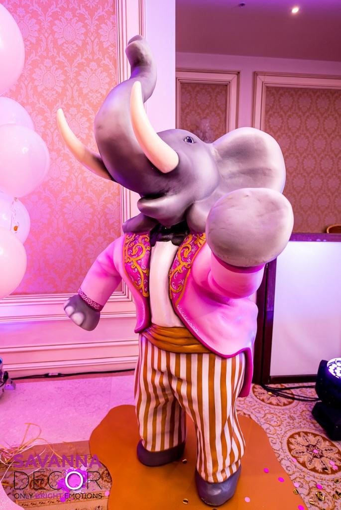 Слоны цирковые стоящие