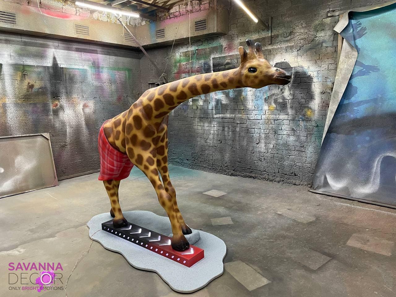 Жираф в шортах